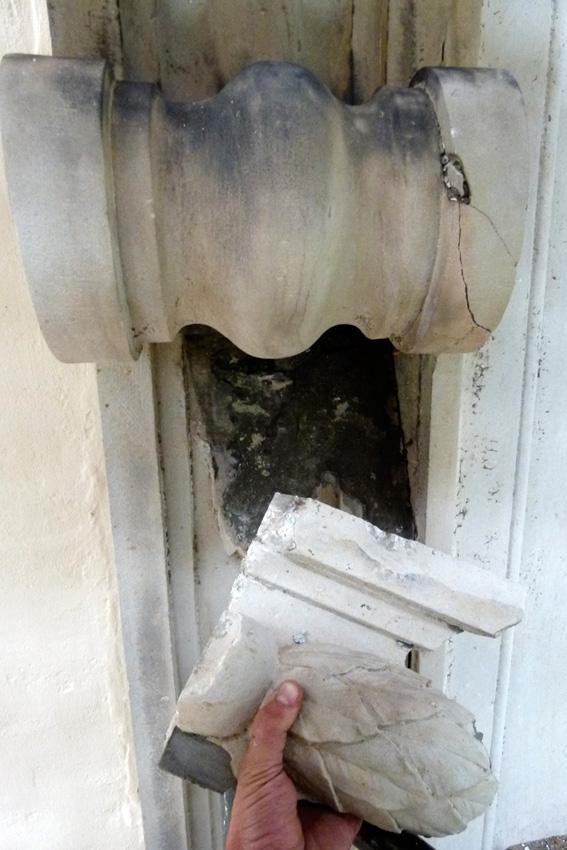 Portal waehrend der Massnahme. Gerissene und gelockerte Bauteile werden abgenommen und fuer die Verklebung und Vernadelung vorbereitet.
