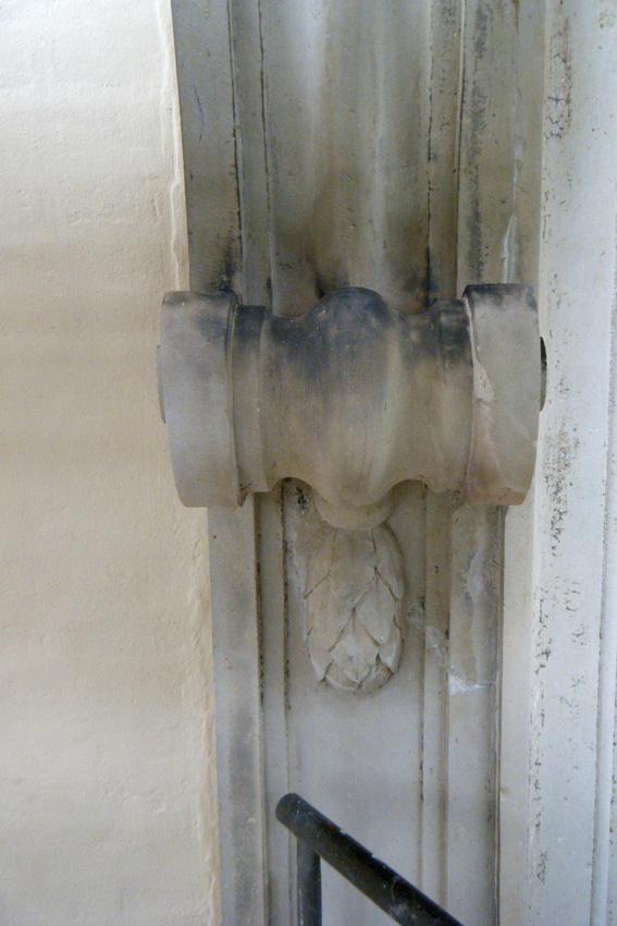 Portal im Endzustand. Das gelockerte Bauteil wurde neu verklebt und verduebelt. Risse und Fehlstellen wurden mit Restauriermoerteln verschlossen.